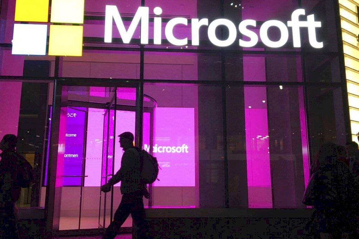 Report the decline of Microsoft services worldwide