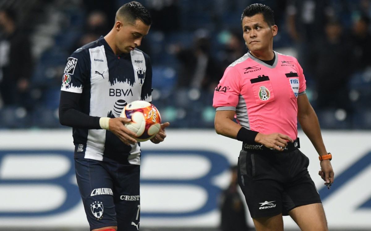 As the teams go to the dressing room, the referee marks a penalty and Funes Mori loses