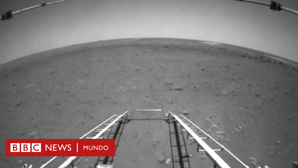 The first images taken by the robot Jurang from China landing on Mars