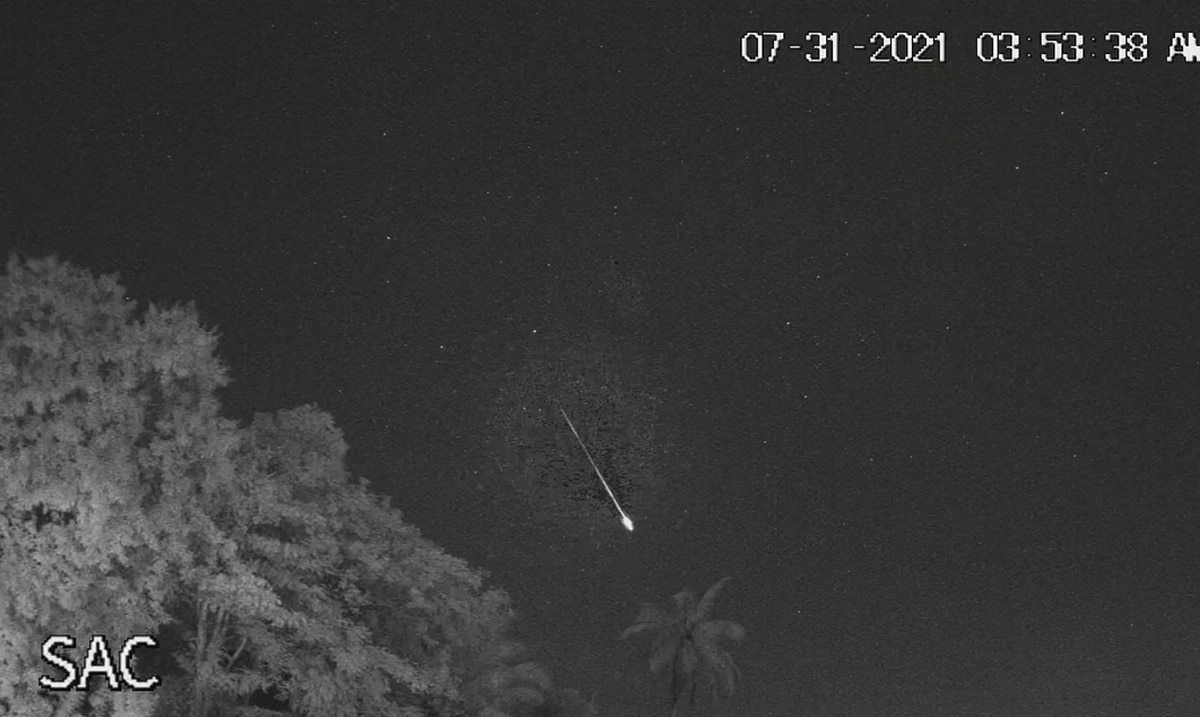 Look at a bright meteorite in our sky this morning